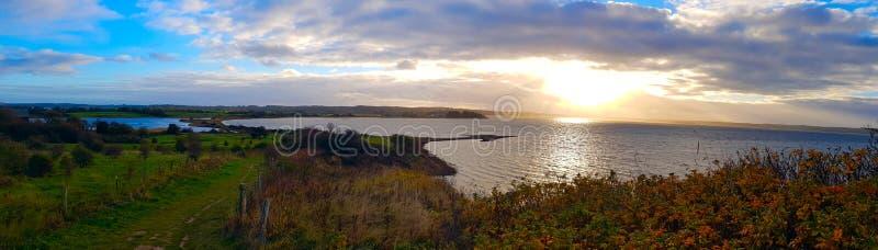Красивый залив с голубым небом стоковое фото