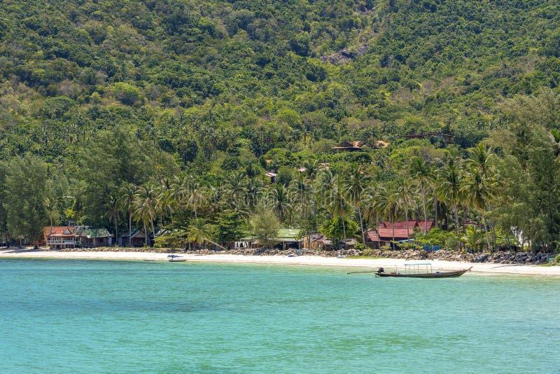 Красивый залив с пальмами и шлюпками кокоса Тропические пляж песка и морская вода на Koh Phangan острова, Таиланде стоковые изображения