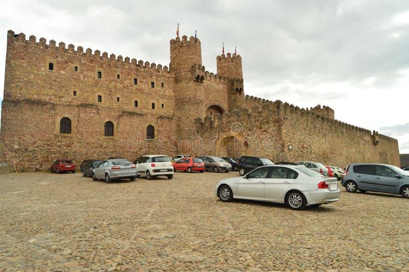 Красивый замок преобразованный в национальном общежитии в деревне Siguenza Архитектура, перемещение, ренессанс стоковая фотография