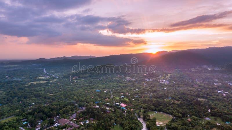 Красивый захода солнца на горе и ландшафте Nakhonnayok стоковое фото rf