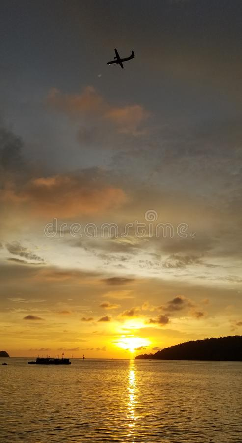 Красивый заход солнца, воздушное судно поперек, рыбацкие лодки, теплый заход солнца, красочные облака, золотое море стоковая фотография rf