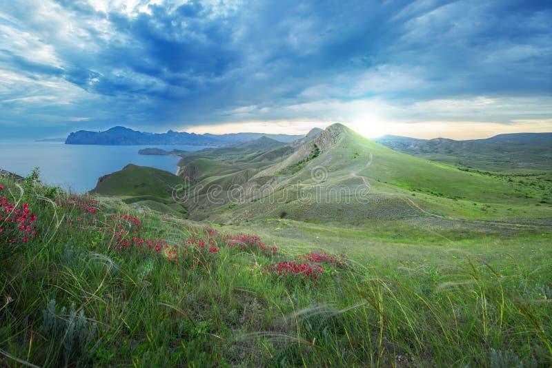 Красивый заход солнца в крымских горах обозревая голубой se стоковое изображение