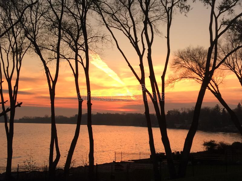 Красивый заход солнца в парке Len Форда около Lake Ontario стоковая фотография