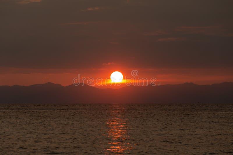 Красивый заход солнца в тропической предпосылке моря стоковая фотография rf
