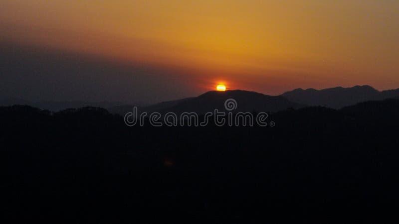 красивый заход солнца в холмах стоковое изображение rf