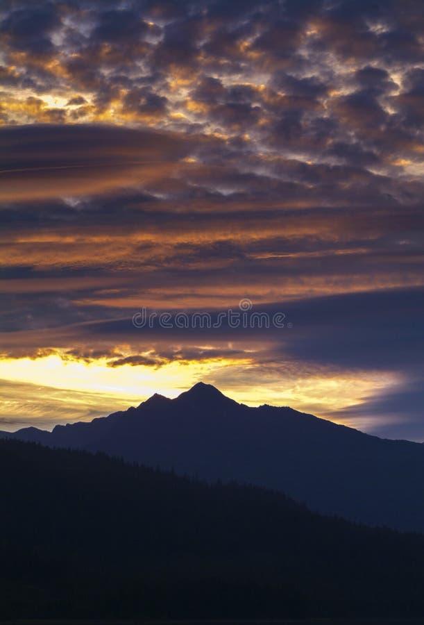 Красивый заход солнца в юговосточной Аляске стоковое фото