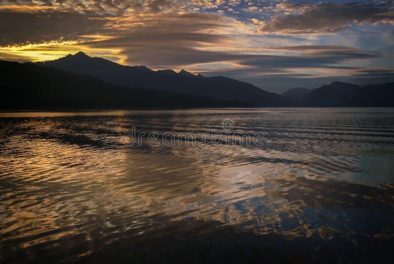 Красивый заход солнца в юговосточной Аляске стоковые фото