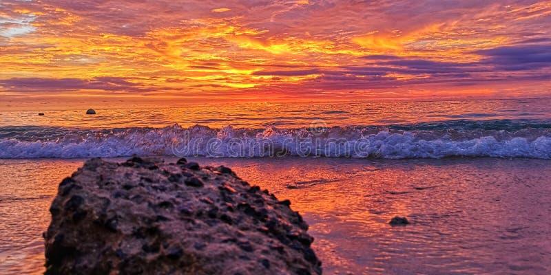 Красивый заход солнца и красочный горизонт в пляже Flic n Flac, Маврикии стоковая фотография rf