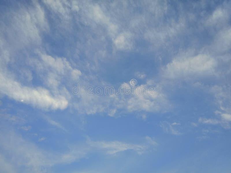 Красивый заход солнца и небо выравниваться с облаками для предпосылки стоковые фото