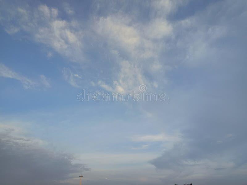 Красивый заход солнца и небо выравниваться с облаками для предпосылки стоковые изображения