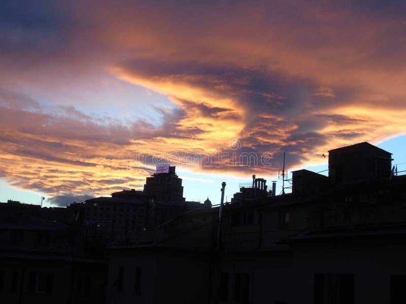 Красивый заход солнца над городом стоковое фото rf