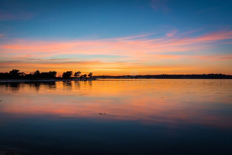 Красивый заход солнца над заливом с отражениями стоковое изображение rf