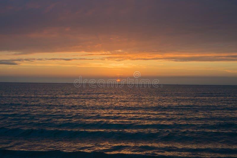 Красивый заход солнца над морем Anapa, регион Краснодар, Россия стоковое фото