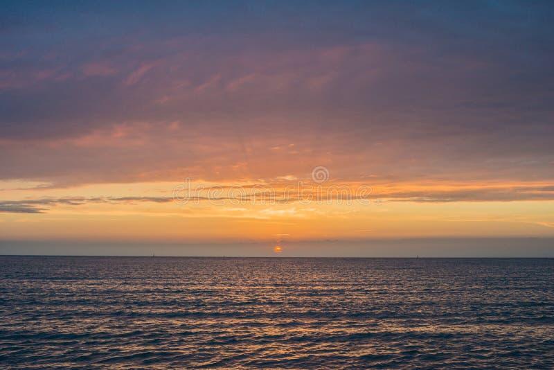 Красивый заход солнца над морем Anapa, регион Краснодар, Россия стоковое изображение