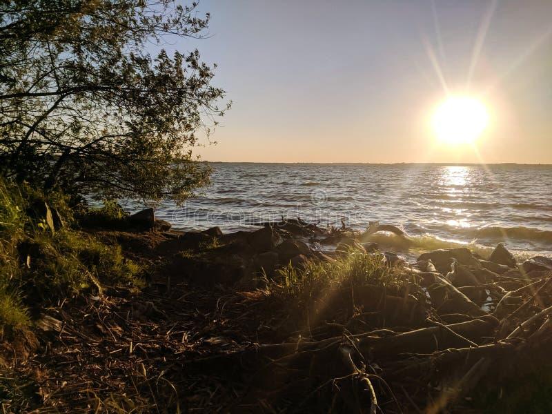 Красивый заход солнца над озером стоковая фотография