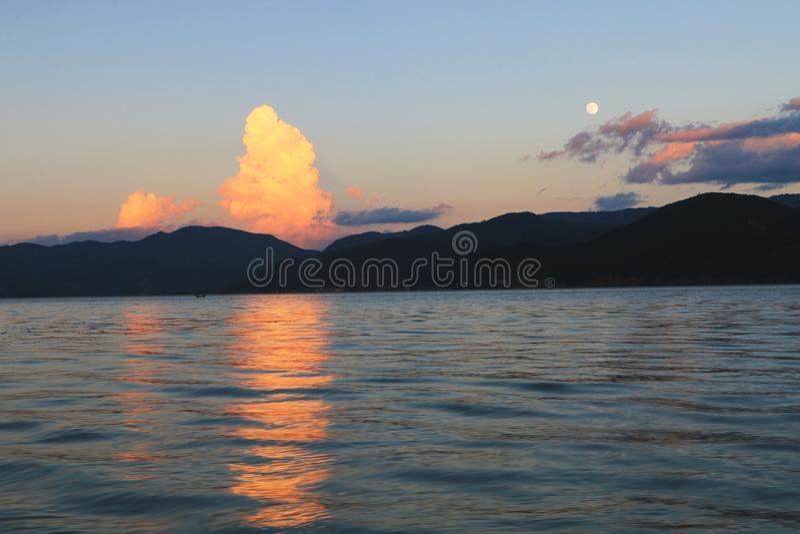 Красивый заход солнца над озером lugu стоковое изображение
