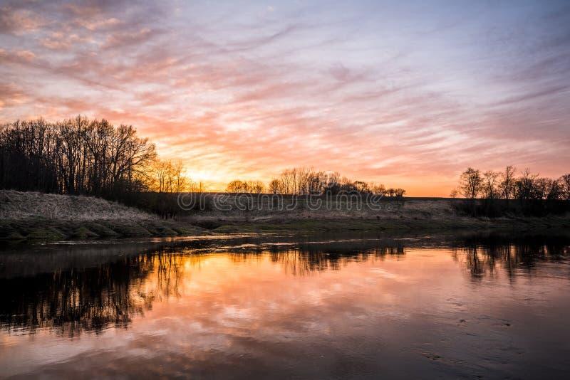 Красивый заход солнца над рекой Musa, Литвой стоковые изображения