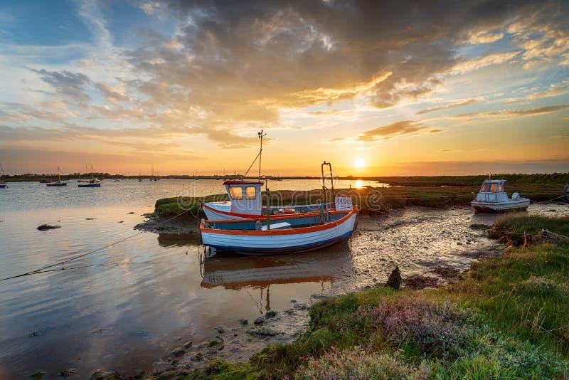 Красивый заход солнца над рыбацкими лодками на реке Alde стоковая фотография rf