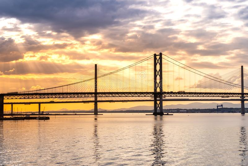 Красивый заход солнца на вперед мосте Эдинбурге моста дороги и Queensferry скрещивания стоковая фотография rf