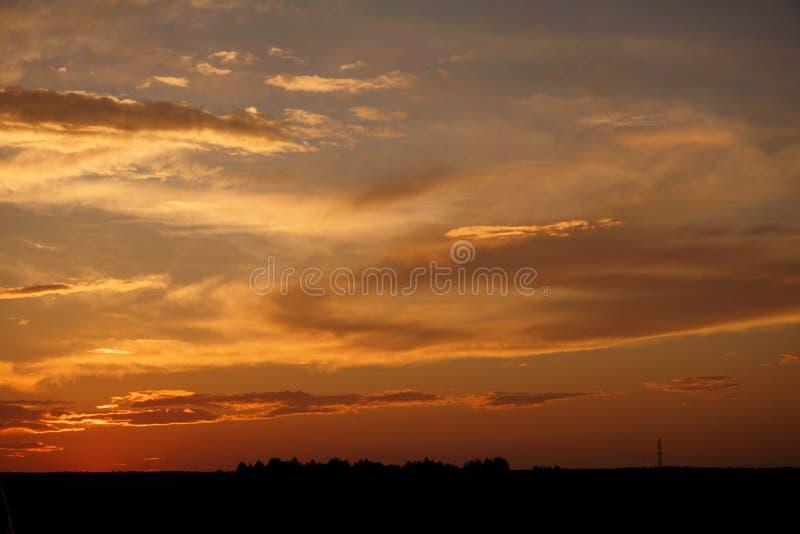 Красивый заход солнца на дороге к нигде стоковое изображение rf