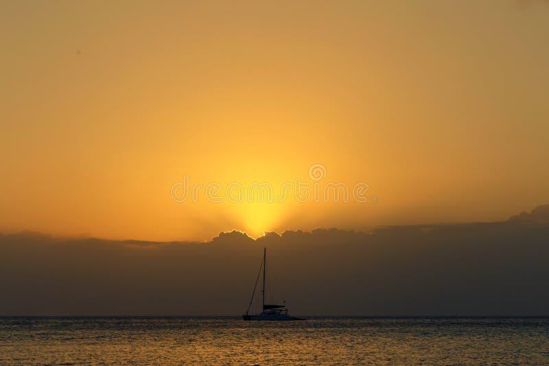 Красивый заход солнца на заходе солнца яхты побережья Индийского океана стоковые изображения