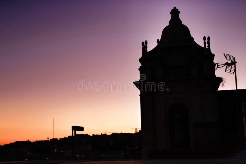 Красивый заход солнца на крыше в Лиссабоне стоковое фото