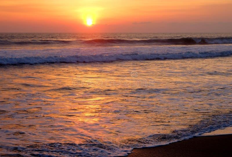 Красивый заход солнца на одном из пляжей Canggu, Бали, Индонезии стоковое изображение rf