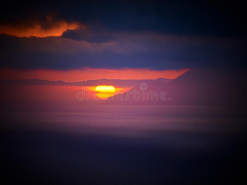 Красивый заход солнца на острове Lipari с островами в визировании, Эоловыми островами Alicudi и Filicudi, Сицилией, Италией стоковое фото rf