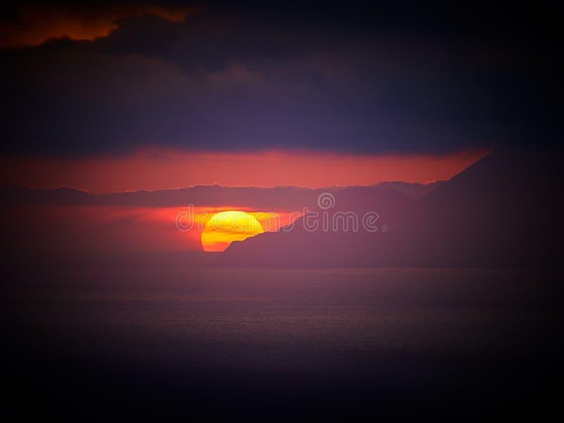 Красивый заход солнца на острове Lipari с островами в визировании, Эоловыми островами Alicudi и Filicudi, Сицилией, Италией стоковое изображение