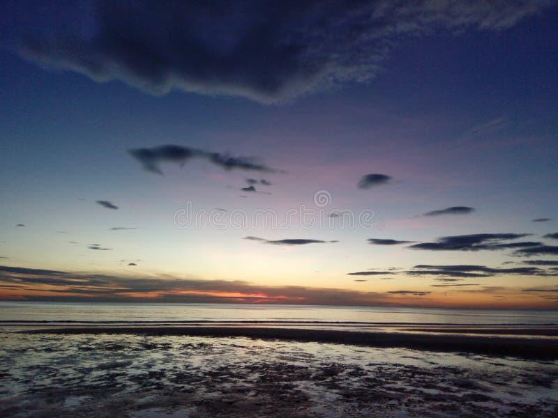Красивый заход солнца на пляже стоковое изображение rf