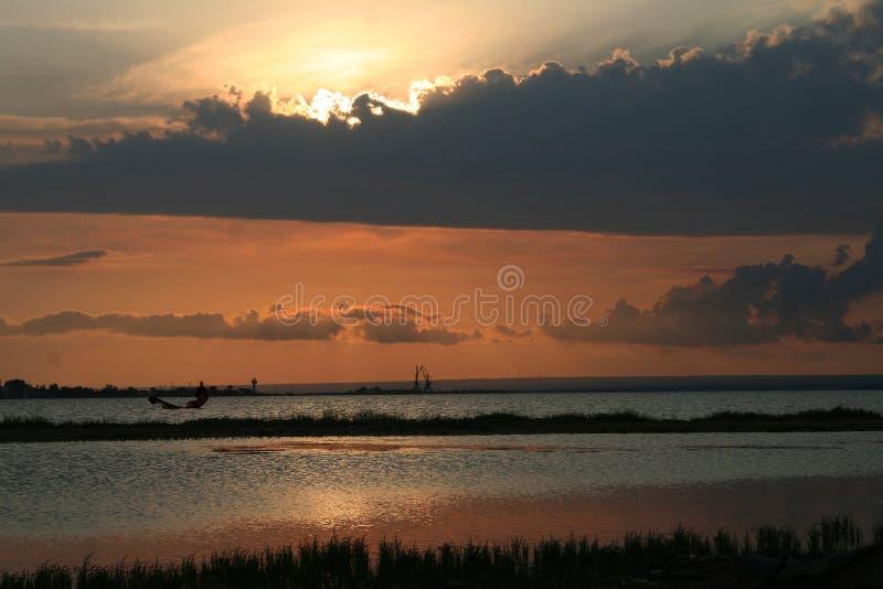 Красивый заход солнца на пятне змея занимаясь серфингом стоковое изображение rf