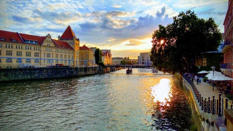 Красивый заход солнца на реке оживления в Берлине стоковое фото rf
