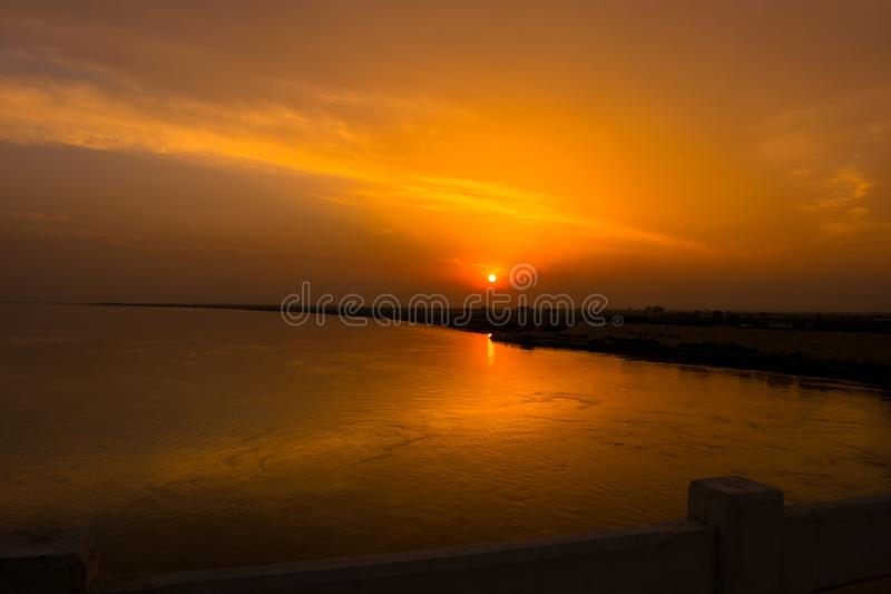 Красивый заход солнца на реке indus Пакистане стоковые изображения rf