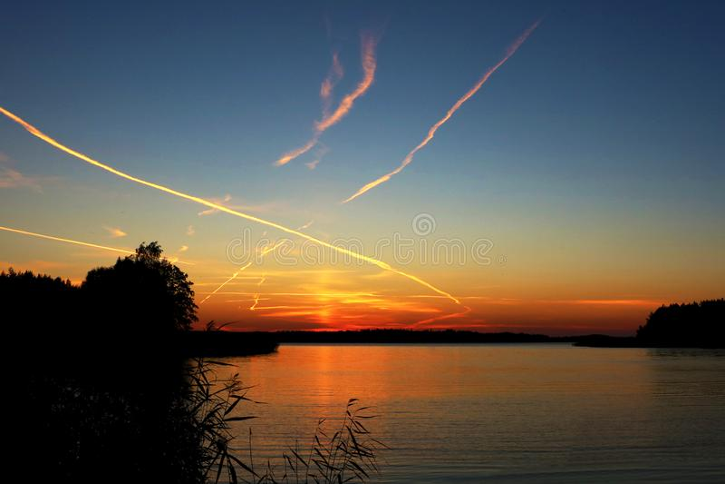 Красивый заход солнца на сельской местности на озере стоковое фото rf