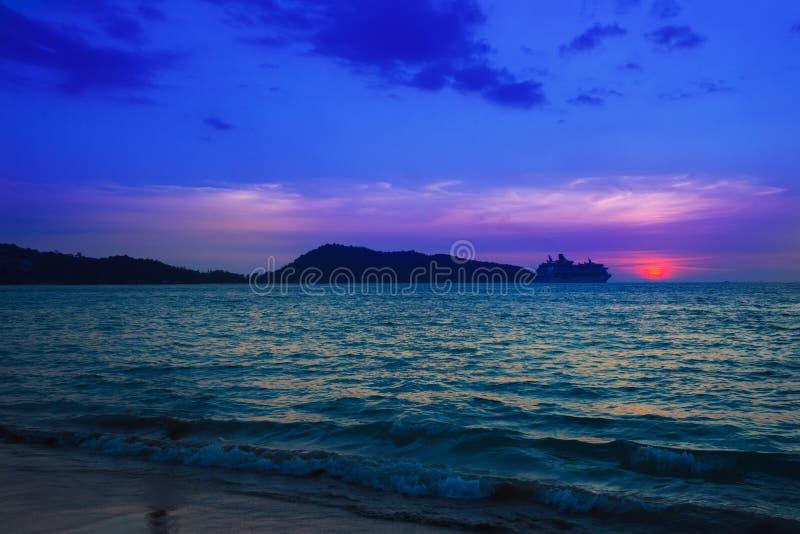 Красивый заход солнца на тропическом пляже r стоковые изображения