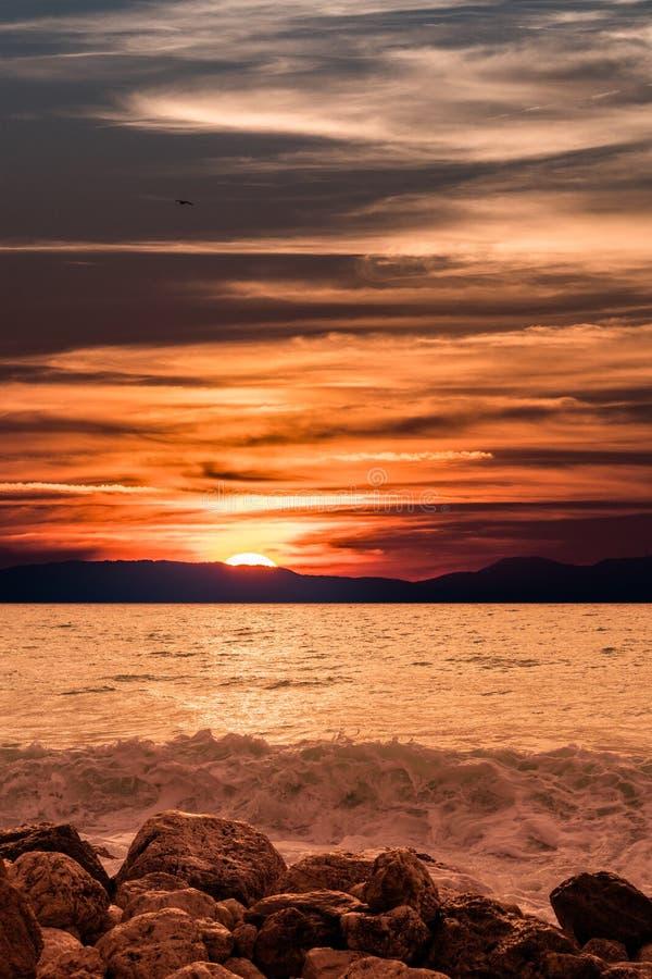 Красивый заход солнца океана с солнцем за горами стоковое изображение rf