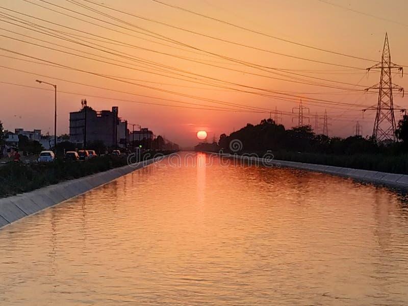 Красивый заход солнца около озера стоковая фотография