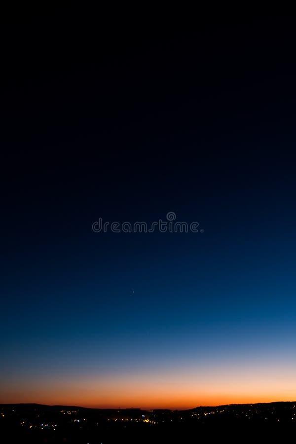 Красивый заход солнца с видимой планетой Венерой стоковые фото
