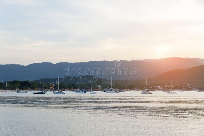 Красивый заход солнца с горой и шлюпкой скорости, яхтой на ove пристани стоковые изображения rf