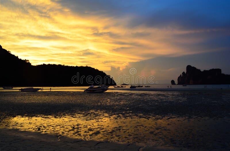 Красивый заход солнца с облаками над мелким пляжем стоковая фотография rf