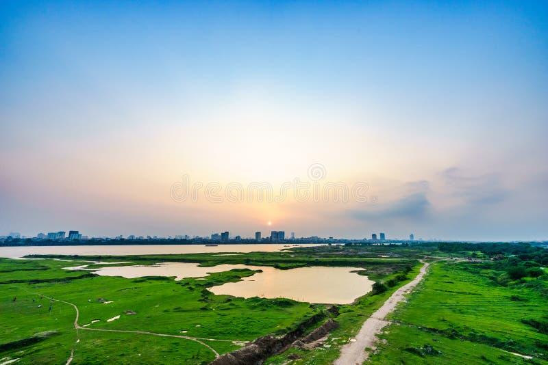Красивый заход солнца через Red River в Ханое, городском пейзаже Вьетнама стоковое фото