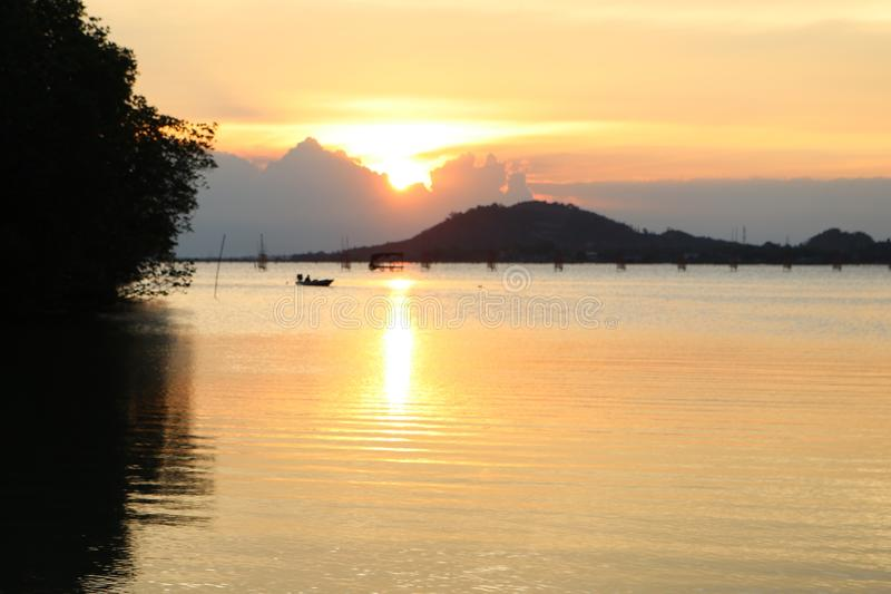 Красивый заход солнца в озере songkhla стоковое фото rf