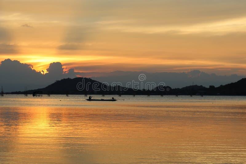 Красивый заход солнца в озере songkhla стоковое изображение