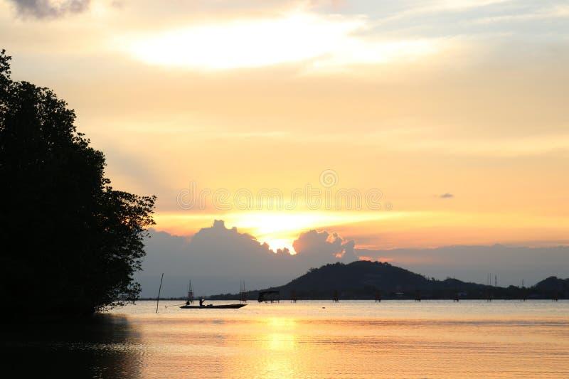 Красивый заход солнца в озере songkhla стоковая фотография rf