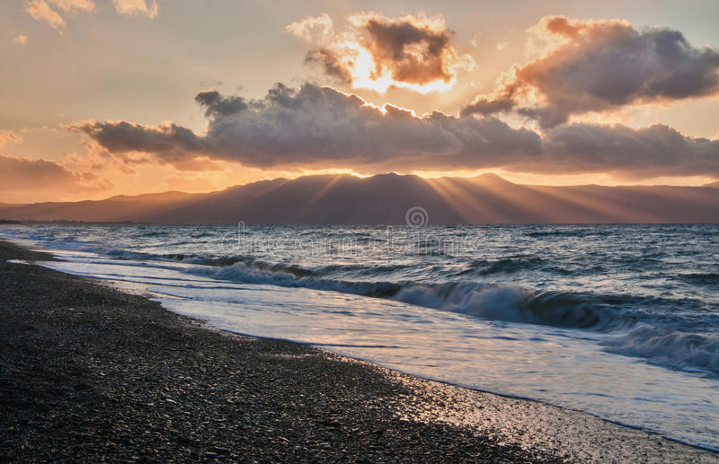 Красивый заход солнца в пастельных цветах на пляже, Греции, Крите стоковое фото