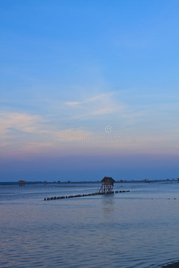Красивый заход солнца в тропическом море стоковые изображения rf