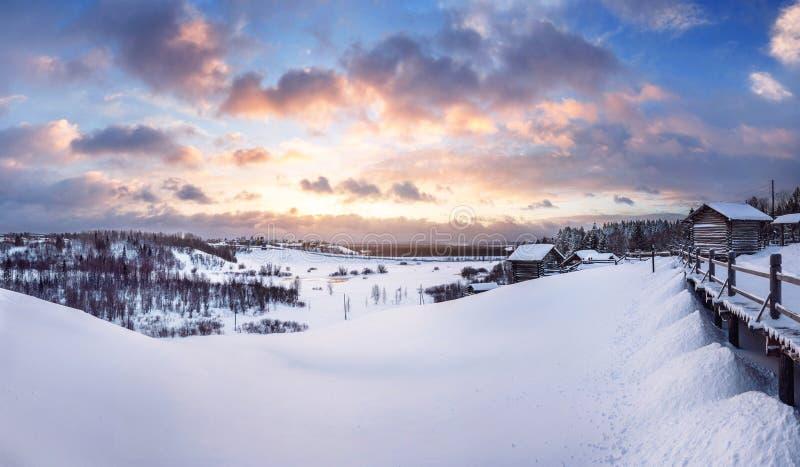 Красивый заход солнца зимы в малом Karelians около Архангельска, России стоковые фото