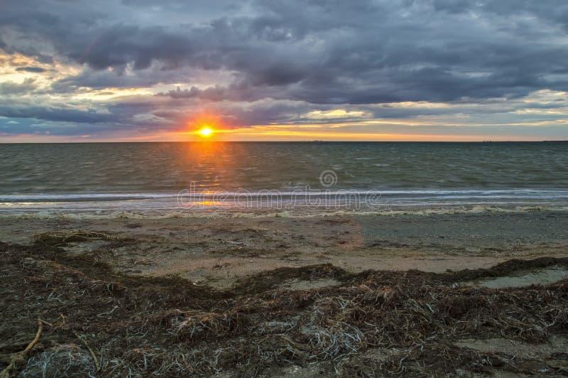 Красивый заход солнца на взморье стоковое изображение