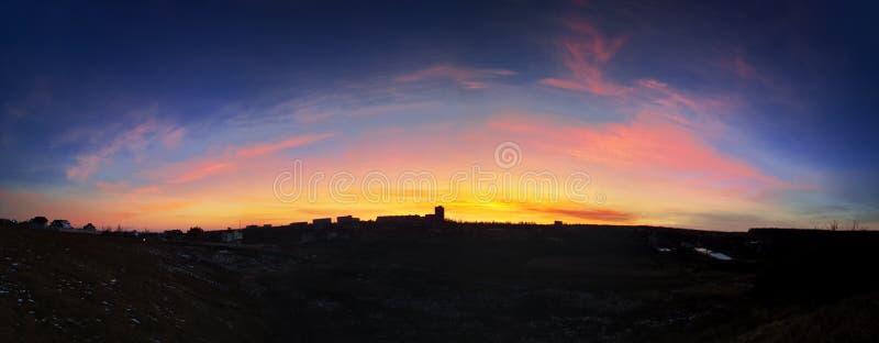 Красивый заход солнца над городом стоковое изображение