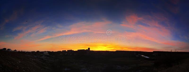 Красивый заход солнца над городом стоковые фотографии rf